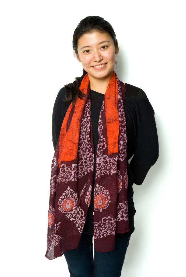 インドのバティック染めスカーフ - えんじ&オレンジの写真6 - ふわりと肩に掛けてみました。