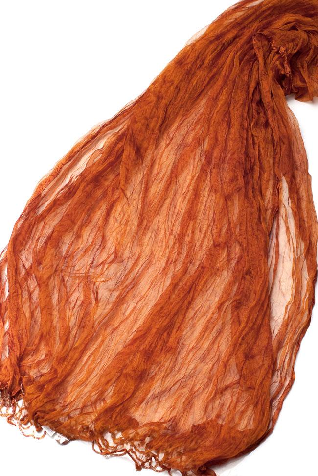 インドの薄ショール クリンクル ドゥパッタ - ブラウン 4 - 半分に折りたたんだドゥパッタを広げた写真です。インドらしく色彩豊かでパーフェクトな一枚。民族衣装はもちろんカジュアルな格好へもオススメです。