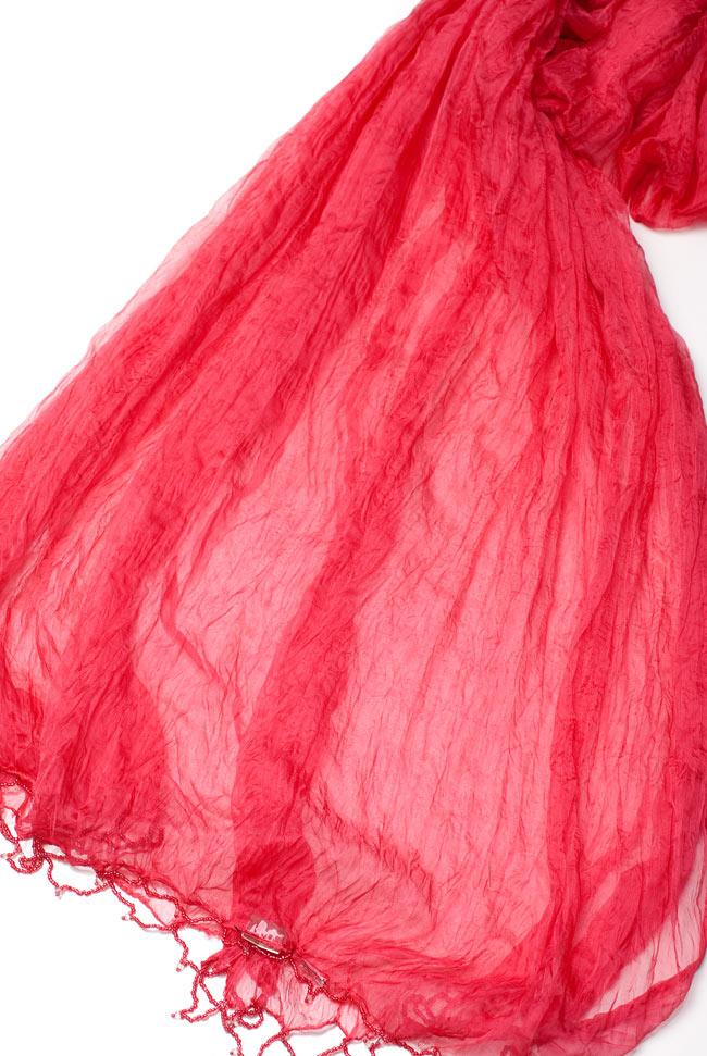 インドの薄ショール クリンクル ドゥパッタ - サーモンピンクの写真4 - 半分に折りたたんだドゥパッタを広げた写真です。インドらしく色彩豊かでパーフェクトな一枚。民族衣装はもちろんカジュアルな格好へもオススメです。
