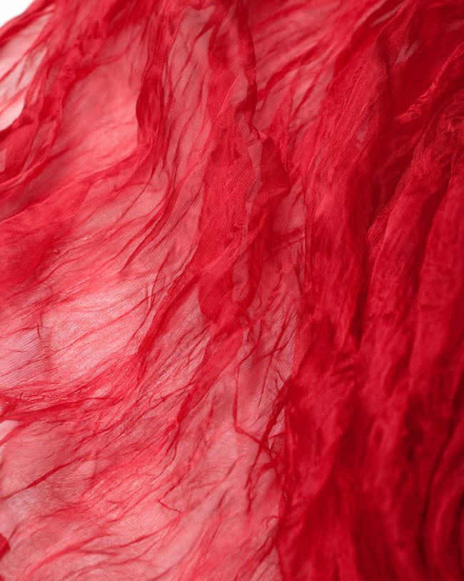 インドの薄ショール クリンクル ドゥパッタ - 赤 5 - 生地の拡大写真です