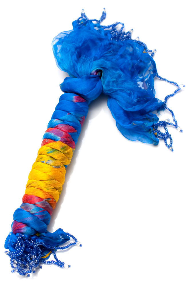 インドの薄ショール クリンクル タイダイドゥパッタ - ブルーの写真5 - このように巻くことで、独特の色合いとクリンクルなフワフワした質感を生み出しています。