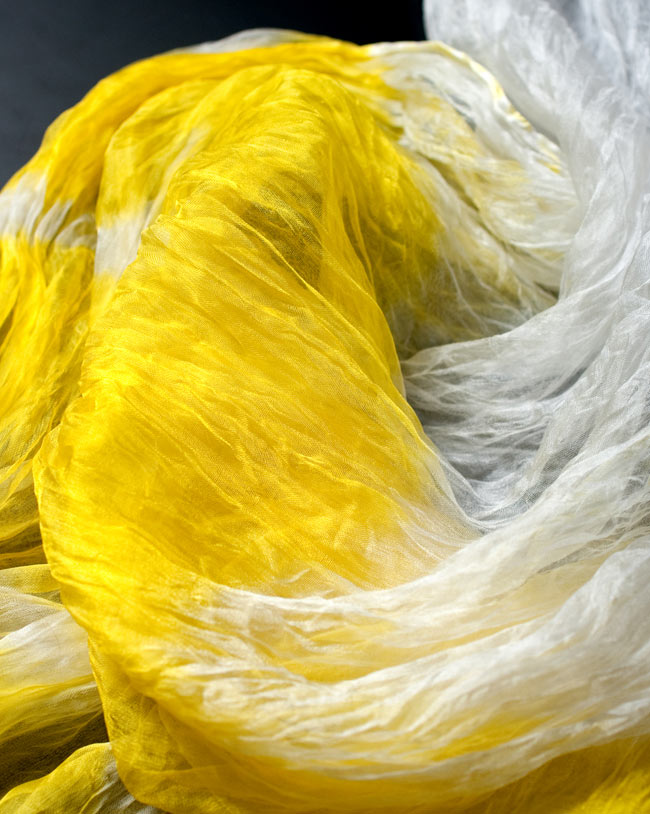 インドの薄ショール クリンクル タイダイドゥパッタ - レモンの写真4 - 生地の拡大写真です