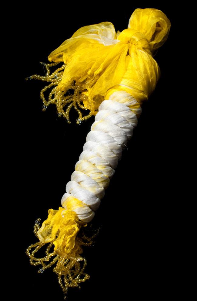 インドの薄ショール クリンクル タイダイドゥパッタ - レモンの写真5 - このように巻くことで、独特の色合いとクリンクルなフワフワした質感を生み出しています。