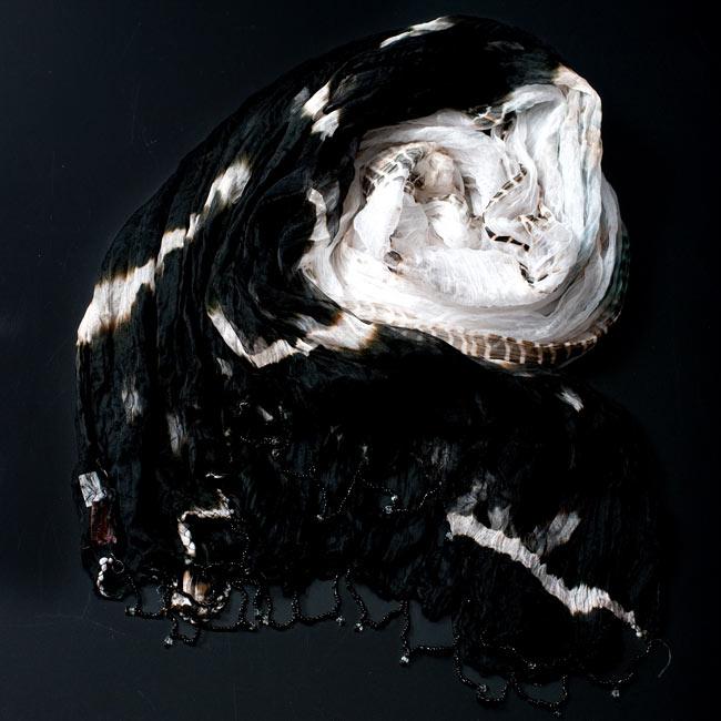 インドの薄ショール クリンクル タイダイドゥパッタ - 黒の写真2 - 鮮やかでビビッドな色彩が綺麗です