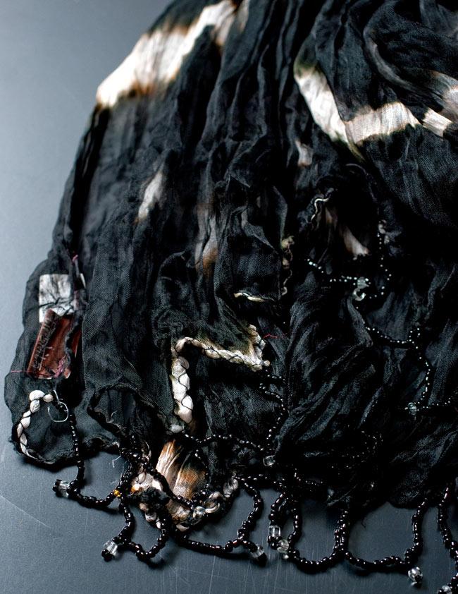 インドの薄ショール クリンクル タイダイドゥパッタ - 黒の写真3 - 透け感のある生地に、ビーズがデコレーションされています