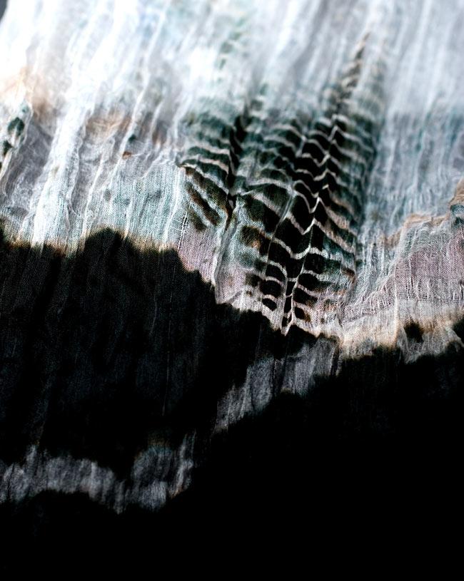 インドの薄ショール クリンクル タイダイドゥパッタ - 黒の写真4 - 生地の拡大写真です