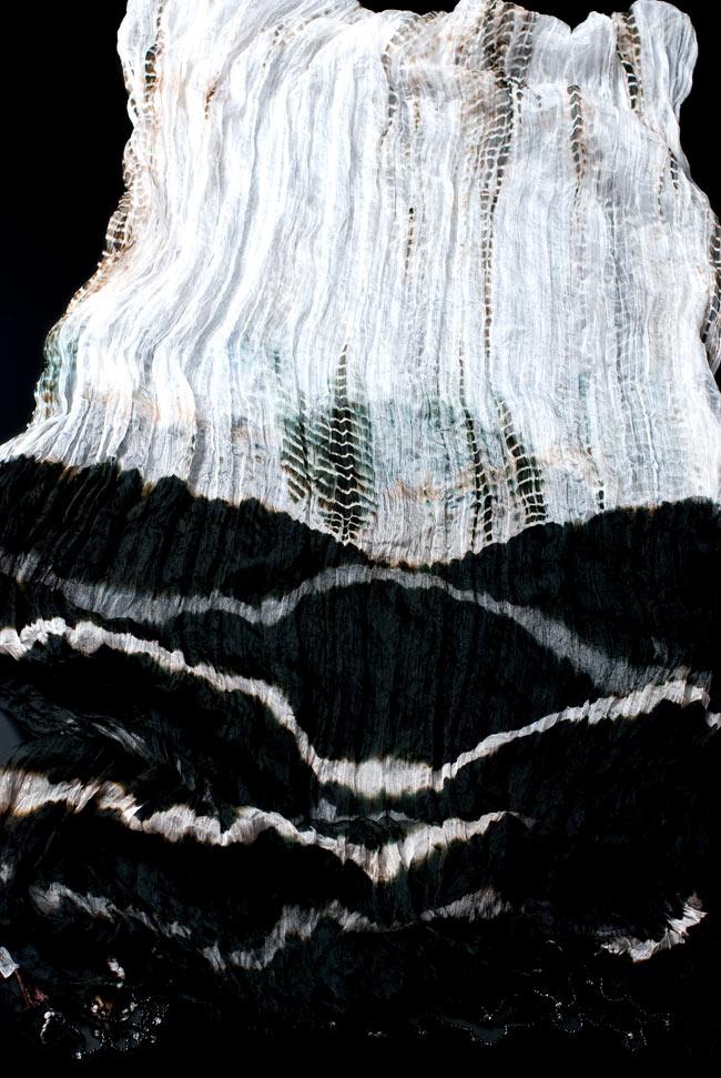 インドの薄ショール クリンクル タイダイドゥパッタ - 黒の写真