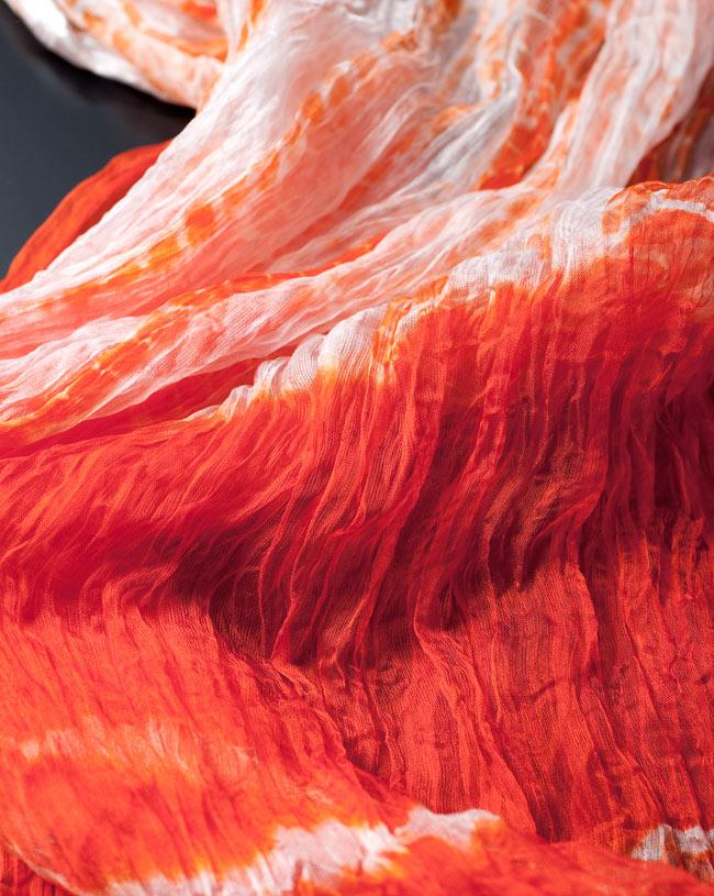 インドの薄ショール クリンクル タイダイドゥパッタ - オレンジ 4 - 生地の拡大写真です