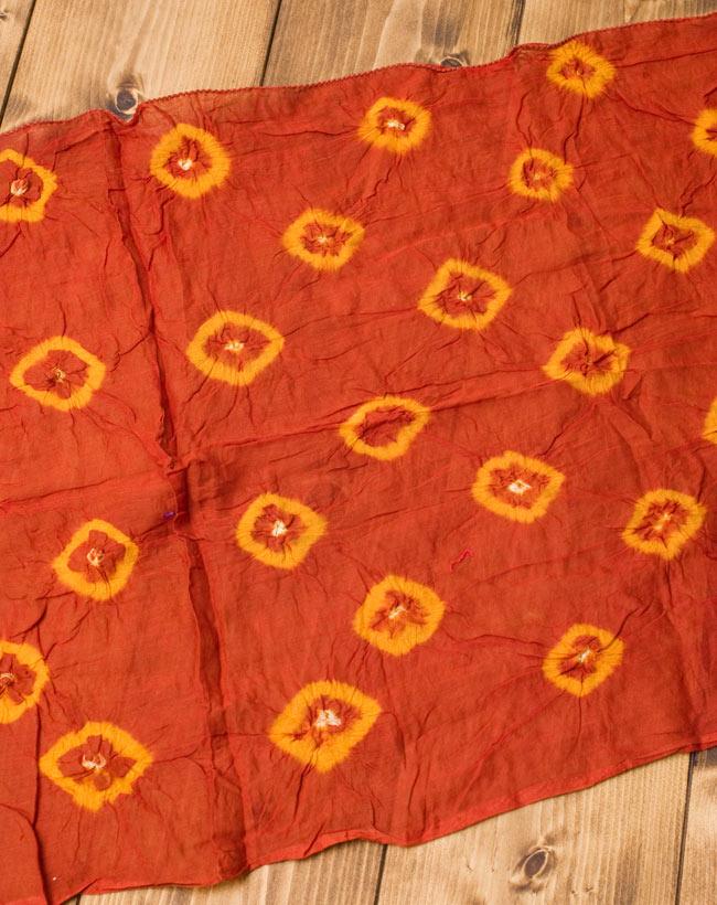 大きな模様の絞り染めドゥパッタ - 薄茶&黄 2 - 広げてみました。くしゃっとした質感が暖かく空気を取り込んでくれます。