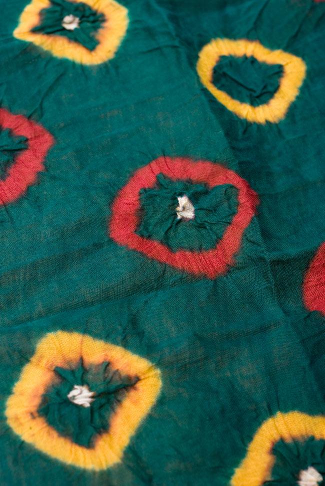 大きな模様の絞り染めドゥパッタ - グリーン&赤・黄の写真3 - 生地に近づいてみました。コットンの質感と、染める時に加えられた皺が美しくマッチングしています。