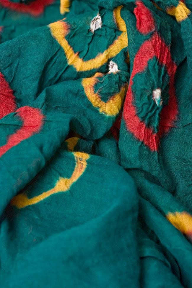 大きな模様の絞り染めドゥパッタ - グリーン&赤・黄の写真4 - ふんわりとした質感が素敵ですね。