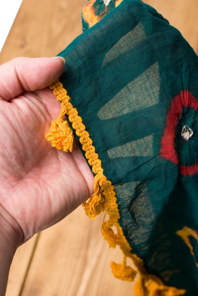 大きな模様の絞り染めドゥパッタ - グリーン&赤・黄 5 - 手にとってみました。適度な透け感があり、軽やかに身にまとえます。また、フリンジの部分にはボンボンがついていてとてもキュートです!