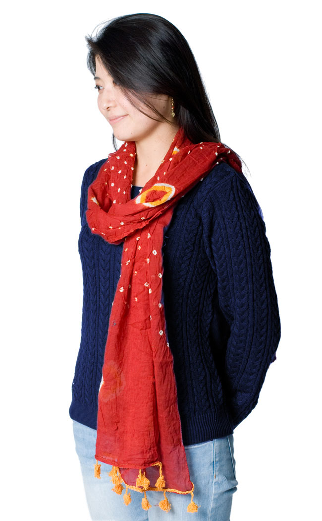 大きな模様の絞り染めドゥパッタ - グリーン&赤・黄の写真6 - 同種の商品を着用してみました。シンプルで落ち着いた色合いですので、どんな服装にもぴったり合いますね。