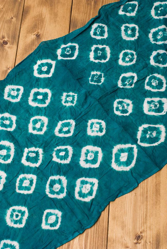大きな模様の絞り染めドゥパッタ - エメラルド 2 - 広げてみました。くしゃっとした質感が暖かく空気を取り込んでくれます。