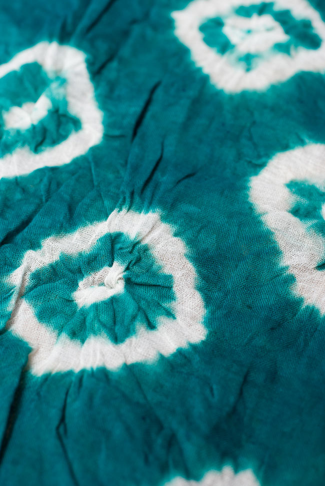 大きな模様の絞り染めドゥパッタ - エメラルド 3 - 生地に近づいてみました。コットンの質感と、染める時に加えられた皺が美しくマッチングしています。