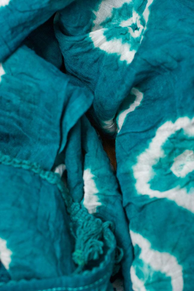 大きな模様の絞り染めドゥパッタ - エメラルド 4 - ふんわりとした質感が素敵ですね。