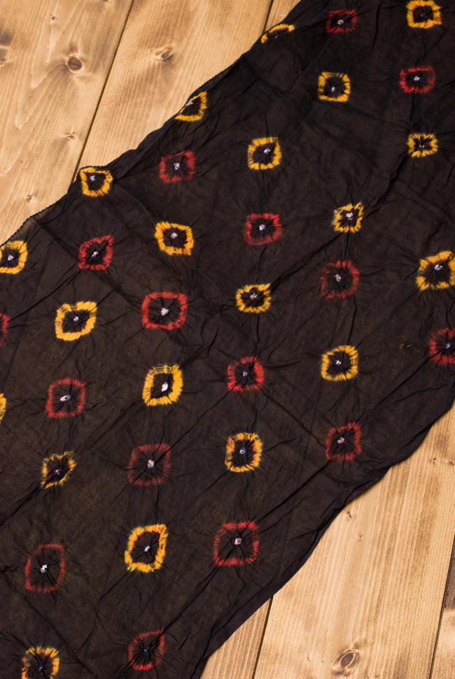 大きな模様の絞り染めドゥパッタ - 黒(赤フリンジ) 2 - 広げてみました。くしゃっとした質感が暖かく空気を取り込んでくれます。