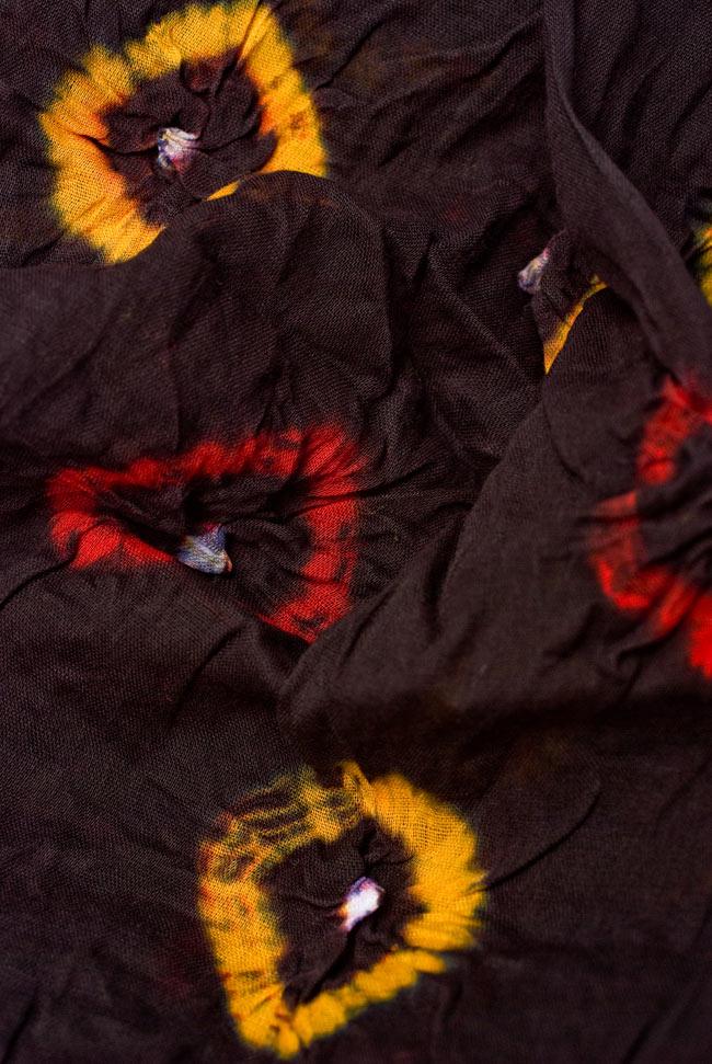 大きな模様の絞り染めドゥパッタ - 黒(赤フリンジ) 4 - ふんわりとした質感が素敵ですね。