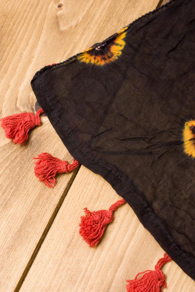 大きな模様の絞り染めドゥパッタ - 黒(赤フリンジ) 5 - 手にとってみました。適度な透け感があり、軽やかに身にまとえます。また、フリンジの部分にはボンボンがついていてとてもキュートです!