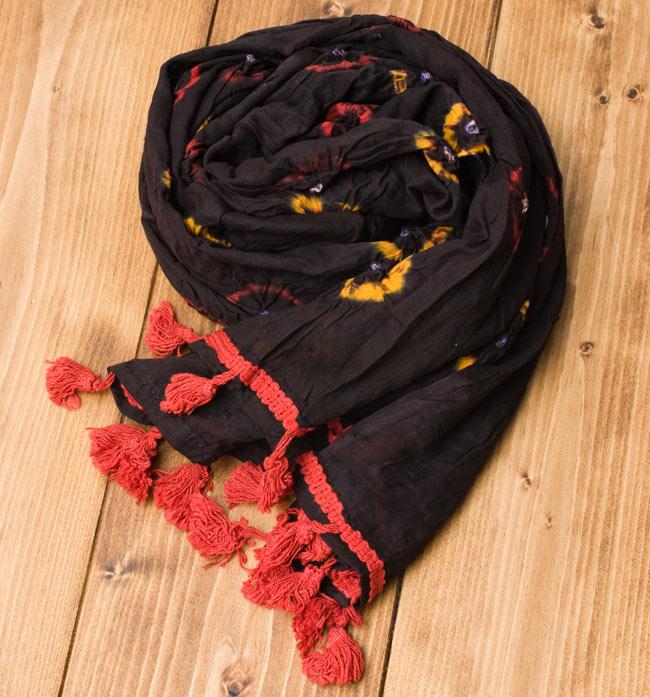 大きな模様の絞り染めドゥパッタ - 黒(赤フリンジ)の写真