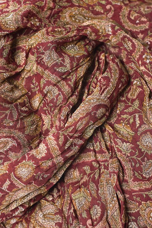 インドの薄ショール クリンクル ドゥパッタ - 赤 ペイズリー 5 - 生地の拡大写真です。適度な透け感があるため、暖かさはキープしつつも余分な熱気がこもりません。
