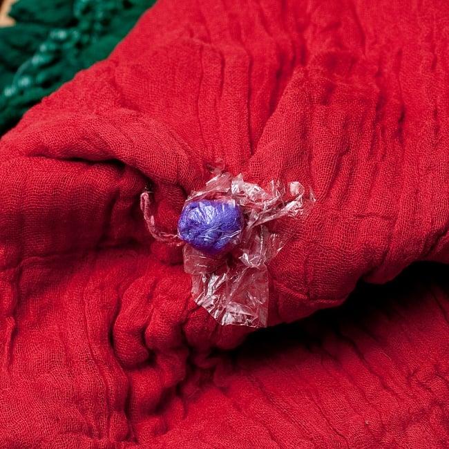 〔2枚セット〕あなたが完成させる 伝統の絞り染めストール バンデジ - 赤×緑系 7 - どういう風に布を染め上げ、作っているのかがよくわかる布です。