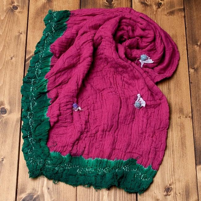 〔2枚セット〕あなたが完成させる 伝統の絞り染めストール バンデジ - ビビットピンク×緑系 5 - こちらは開く前の状態。開くと模様が出てきて完成する布なので、あえてこのまま糸が結ばれた状態でお送りいたします。