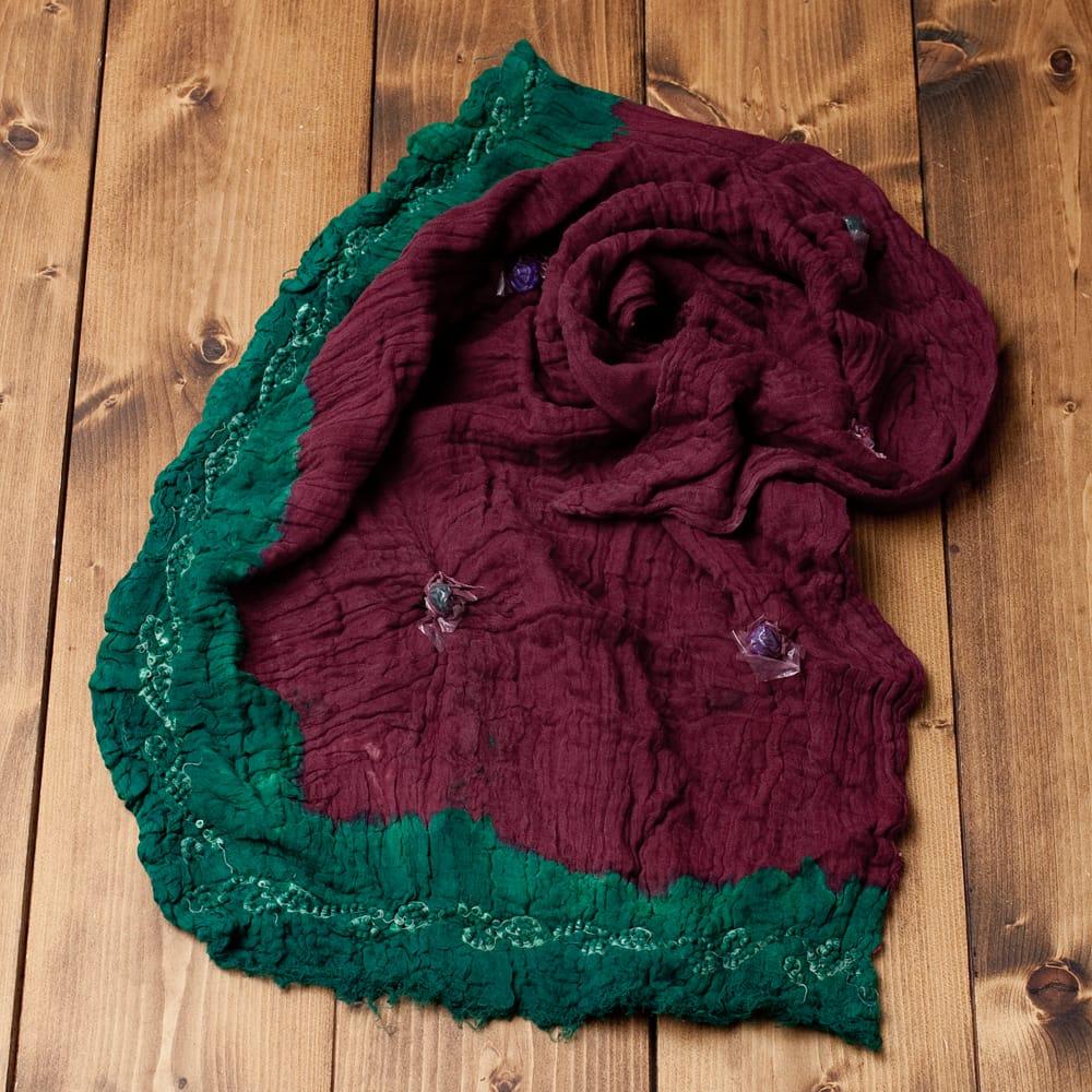 〔2枚セット〕あなたが完成させる 伝統の絞り染めストール バンデジ - 赤茶×緑系 5 - こちらは開く前の状態。開くと模様が出てきて完成する布なので、あえてこのまま糸が結ばれた状態でお送りいたします。