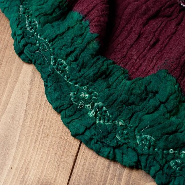 〔2枚セット〕あなたが完成させる 伝統の絞り染めストール バンデジ - 赤茶×緑系 6 - 白くなっていたところは、このように糸を結ぶことで模様になります。