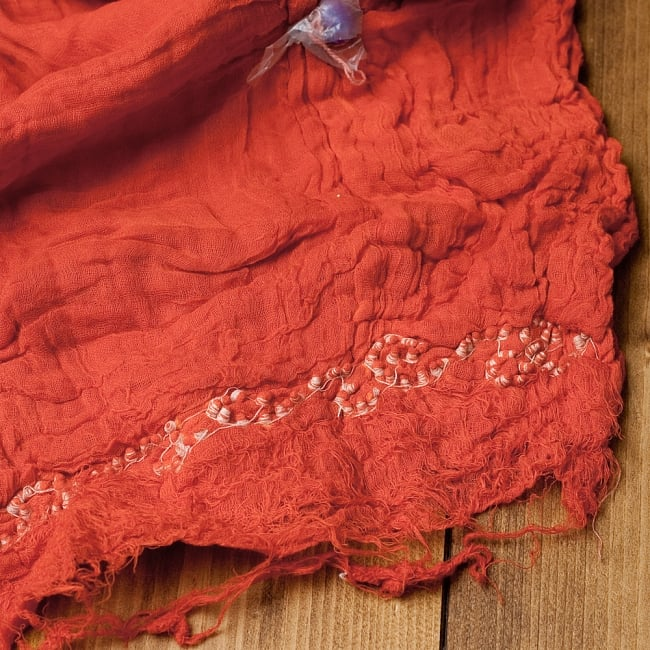 〔2枚セット〕あなたが完成させる 伝統の絞り染めストール バンデジ - オレンジ系 6 - 白くなっていたところは、このように糸を結ぶことで模様になります。