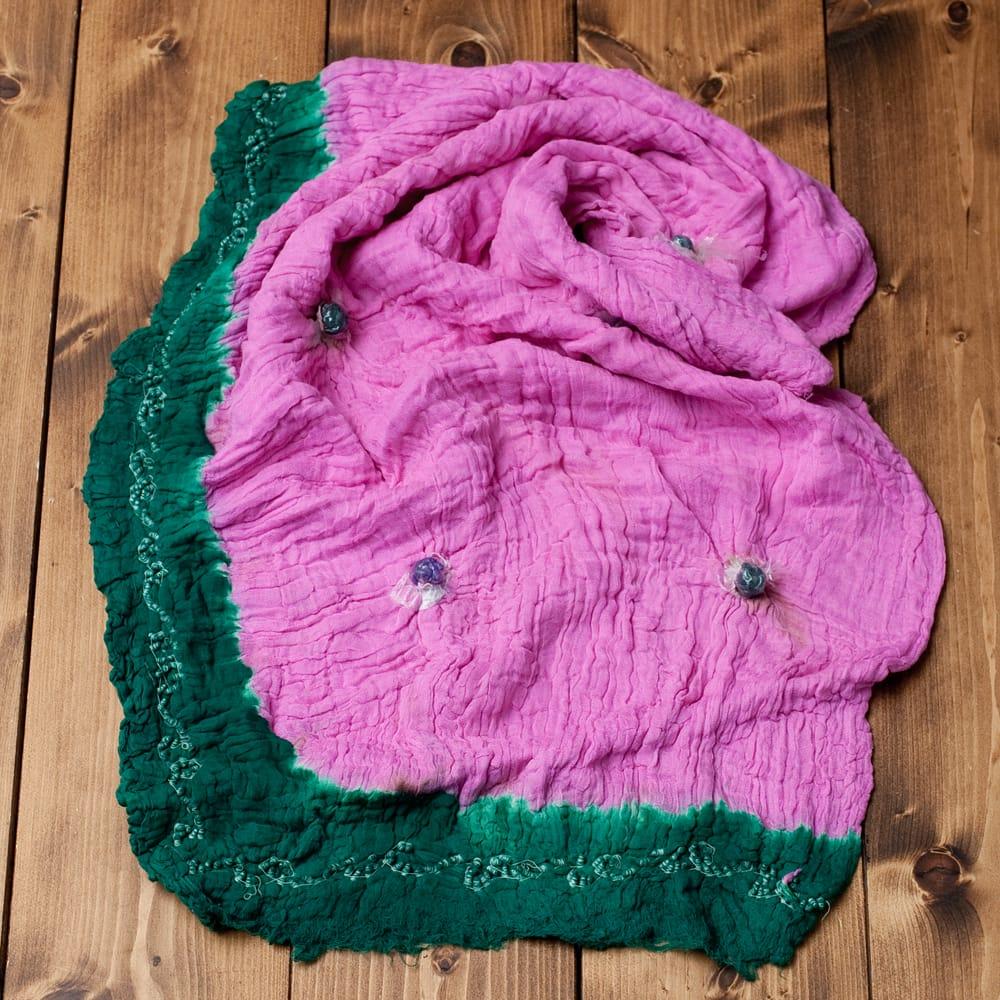 〔2枚セット〕あなたが完成させる 伝統の絞り染めストール バンデジ - ピンク×緑系 5 - こちらは開く前の状態。開くと模様が出てきて完成する布なので、あえてこのまま糸が結ばれた状態でお送りいたします。