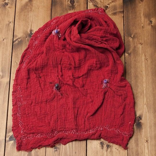 〔2枚セット〕あなたが完成させる 伝統の絞り染めストール バンデジ - 赤系 5 - こちらは開く前の状態。開くと模様が出てきて完成する布なので、あえてこのまま糸が結ばれた状態でお送りいたします。