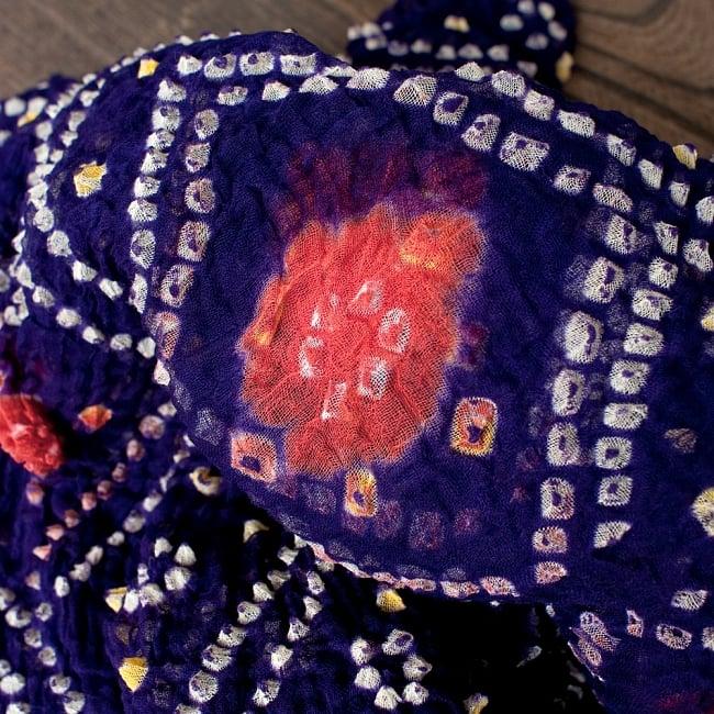 あなたが完成させる 伝統の絞り染めストール バンデジ - 紫系 2 - 色を染めたくないところに糸を結んで、そこが模様として浮かび上がります。