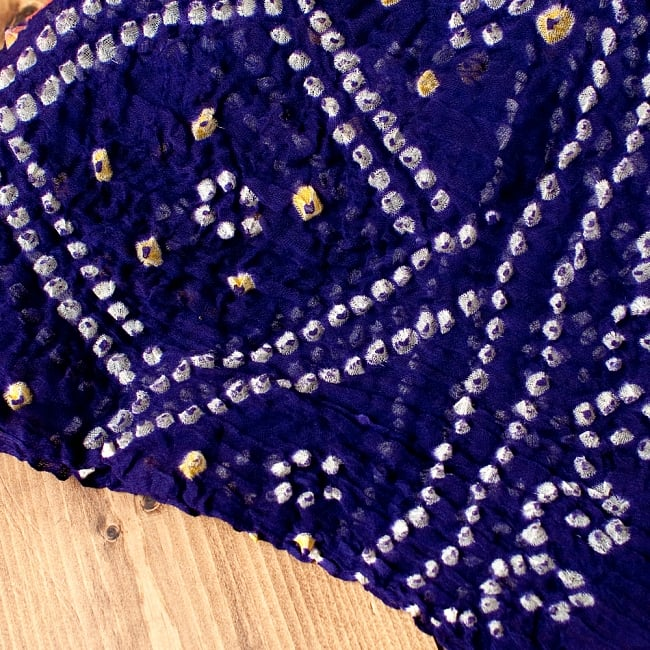 あなたが完成させる 伝統の絞り染めストール バンデジ - 紫系 3 - 一箇所ずつ丁寧に糸を結んでつくられています