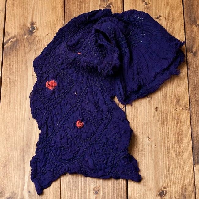 あなたが完成させる 伝統の絞り染めストール バンデジ - 紫系 5 - こちらは開く前の状態。開くと模様が出てきて完成する布なので、あえてこのまま糸が結ばれた状態でお送りいたします。