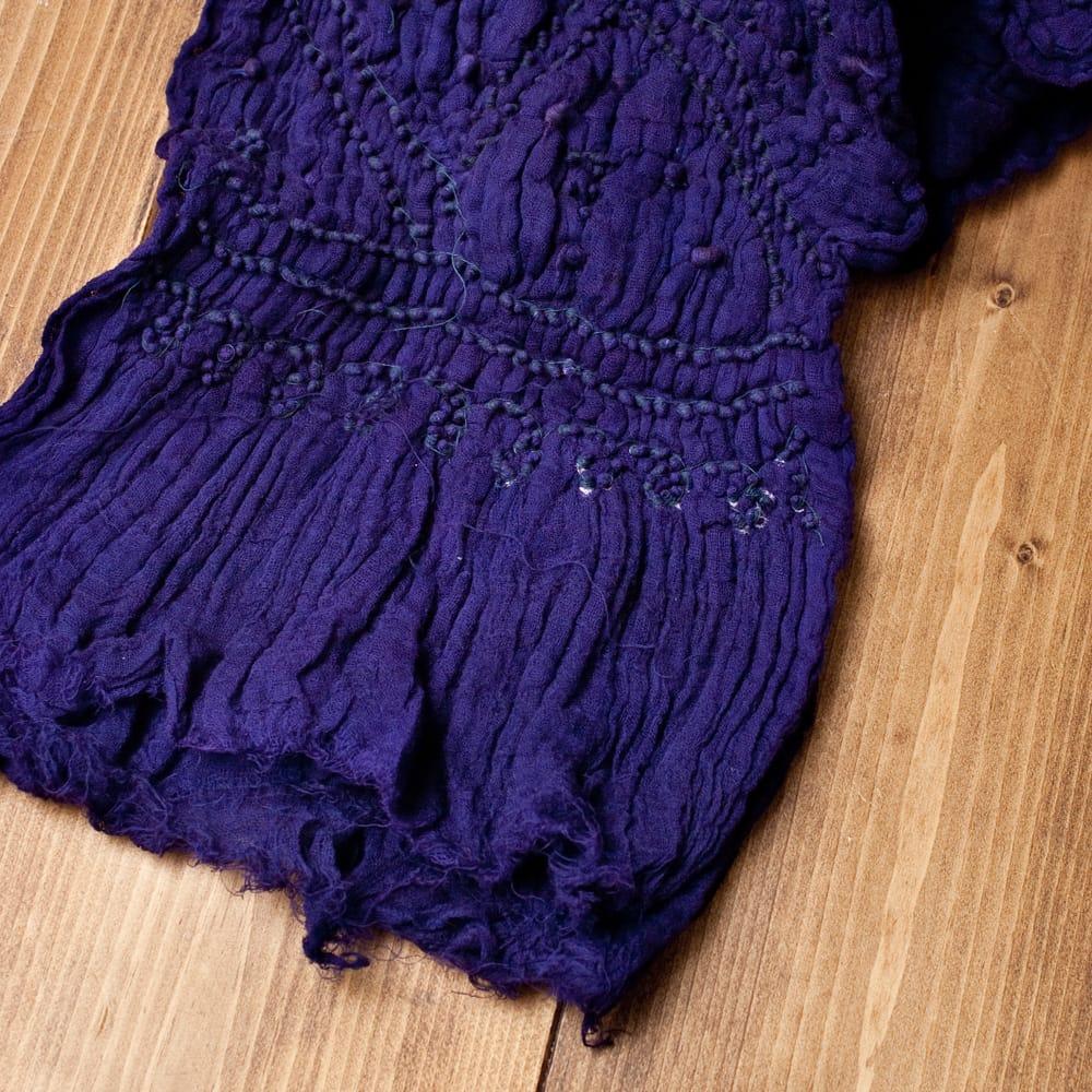 あなたが完成させる 伝統の絞り染めストール バンデジ - 紫系 6 - 白くなっていたところは、このように糸を結ぶことで模様になります。