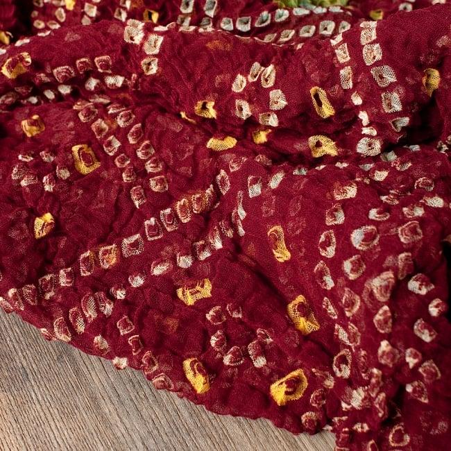 あなたが完成させる 伝統の絞り染めストール バンデジ - 赤茶 3 - 一箇所ずつ丁寧に糸を結んでつくられています