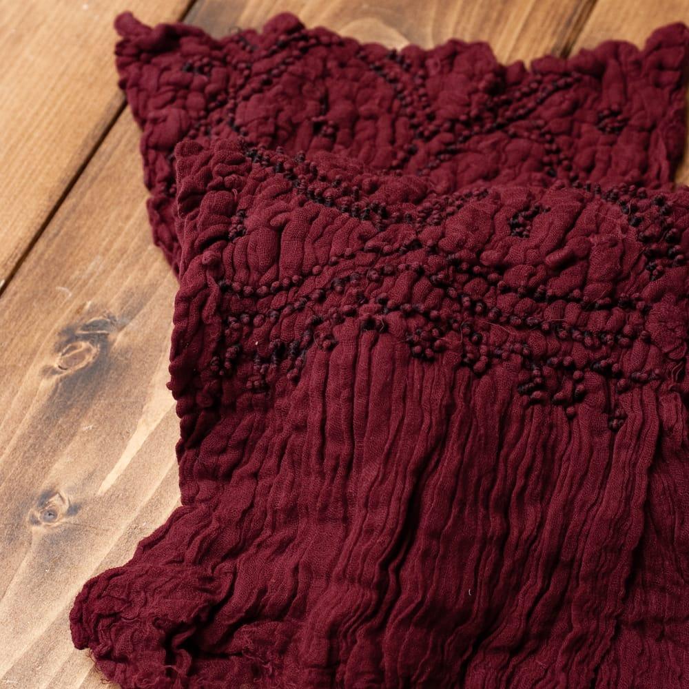 あなたが完成させる 伝統の絞り染めストール バンデジ - 赤茶 6 - 白くなっていたところは、このように糸を結ぶことで模様になります。