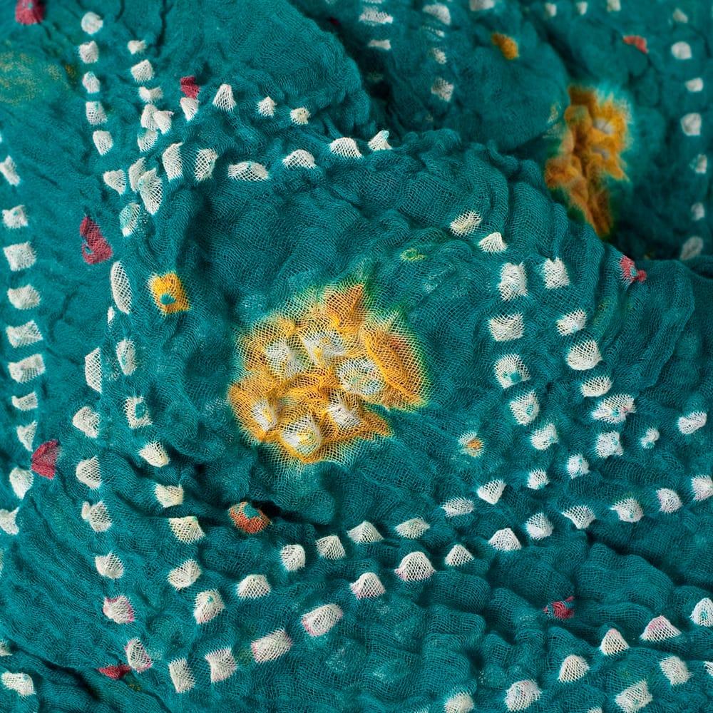 あなたが完成させる 伝統の絞り染めストール バンデジ - 青緑 2 - 色を染めたくないところに糸を結んで、そこが模様として浮かび上がります。