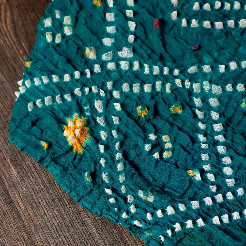 あなたが完成させる 伝統の絞り染めストール バンデジ - 青緑 3 - 一箇所ずつ丁寧に糸を結んでつくられています