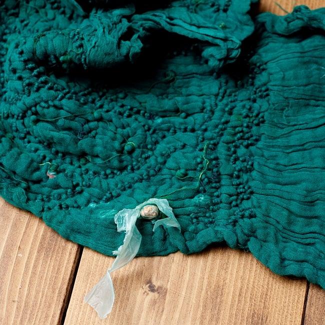 あなたが完成させる 伝統の絞り染めストール バンデジ - 青緑 6 - 白くなっていたところは、このように糸を結ぶことで模様になります。