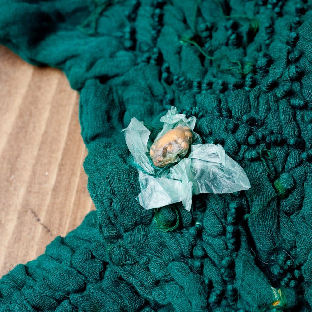 あなたが完成させる 伝統の絞り染めストール バンデジ - 青緑 7 - どういう風に布を染め上げ、作っているのかがよくわかる布です。
