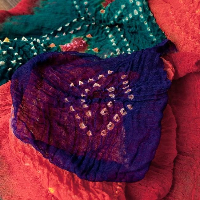 あなたが完成させる 伝統の絞り染めストール バンデジ - 青緑×オレンジ×紫系 2 - 色を染めたくないところに糸を結んで、そこが模様として浮かび上がります。