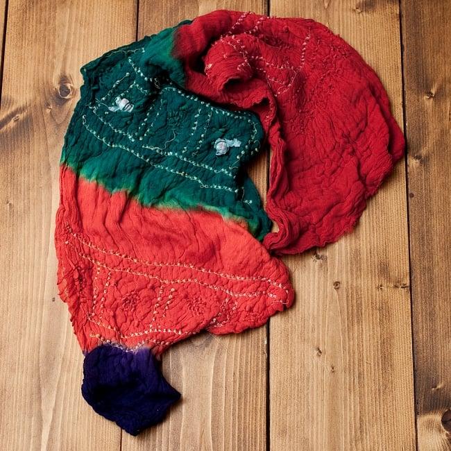 あなたが完成させる 伝統の絞り染めストール バンデジ - 青緑×オレンジ×紫系 5 - こちらは開く前の状態。開くと模様が出てきて完成する布なので、あえてこのまま糸が結ばれた状態でお送りいたします。