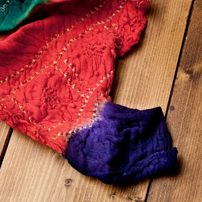 あなたが完成させる 伝統の絞り染めストール バンデジ - 青緑×オレンジ×紫系 6 - 白くなっていたところは、このように糸を結ぶことで模様になります。