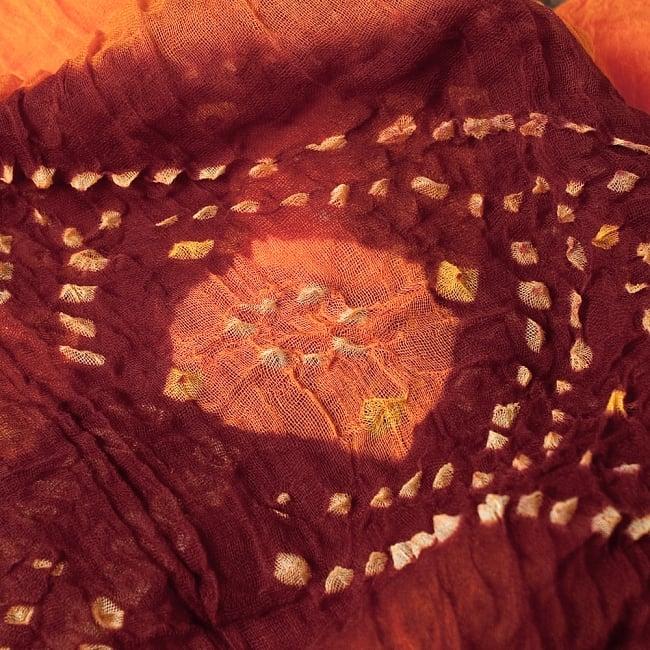 あなたが完成させる 伝統の絞り染めストール バンデジ - オレンジ×茶系 2 - 色を染めたくないところに糸を結んで、そこが模様として浮かび上がります。