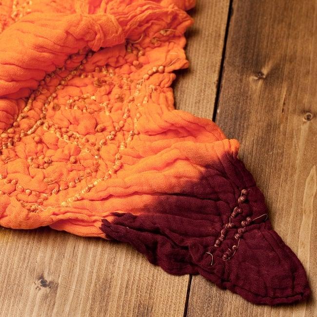 あなたが完成させる 伝統の絞り染めストール バンデジ - オレンジ×茶系 6 - 白くなっていたところは、このように糸を結ぶことで模様になります。