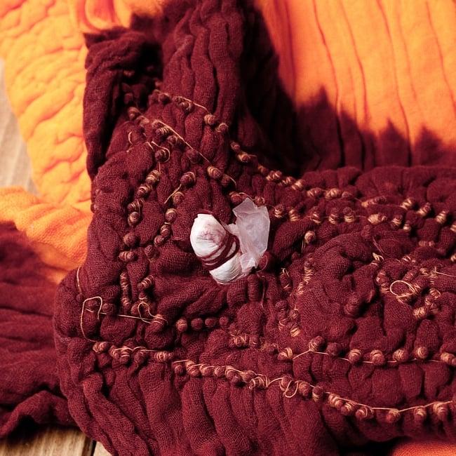 あなたが完成させる 伝統の絞り染めストール バンデジ - オレンジ×茶系 7 - どういう風に布を染め上げ、作っているのかがよくわかる布です。