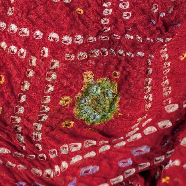 あなたが完成させる 伝統の絞り染めストール バンデジ - 赤系の写真2 - 色を染めたくないところに糸を結んで、そこが模様として浮かび上がります。