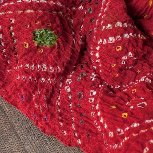 あなたが完成させる 伝統の絞り染めストール バンデジ - 赤系の写真3 - 一箇所ずつ丁寧に糸を結んでつくられています